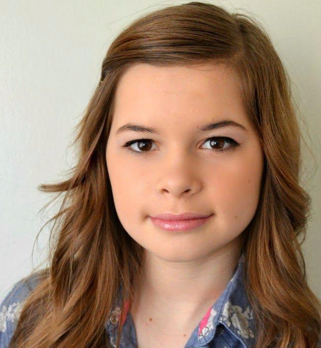 Макияж для подростка с использованием белых теней и блеска