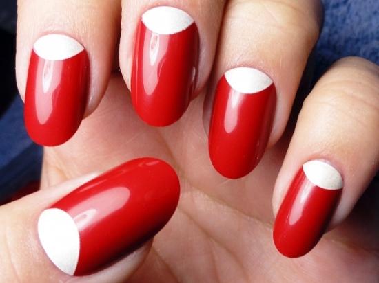 Красный с белым лунный маникюр фото