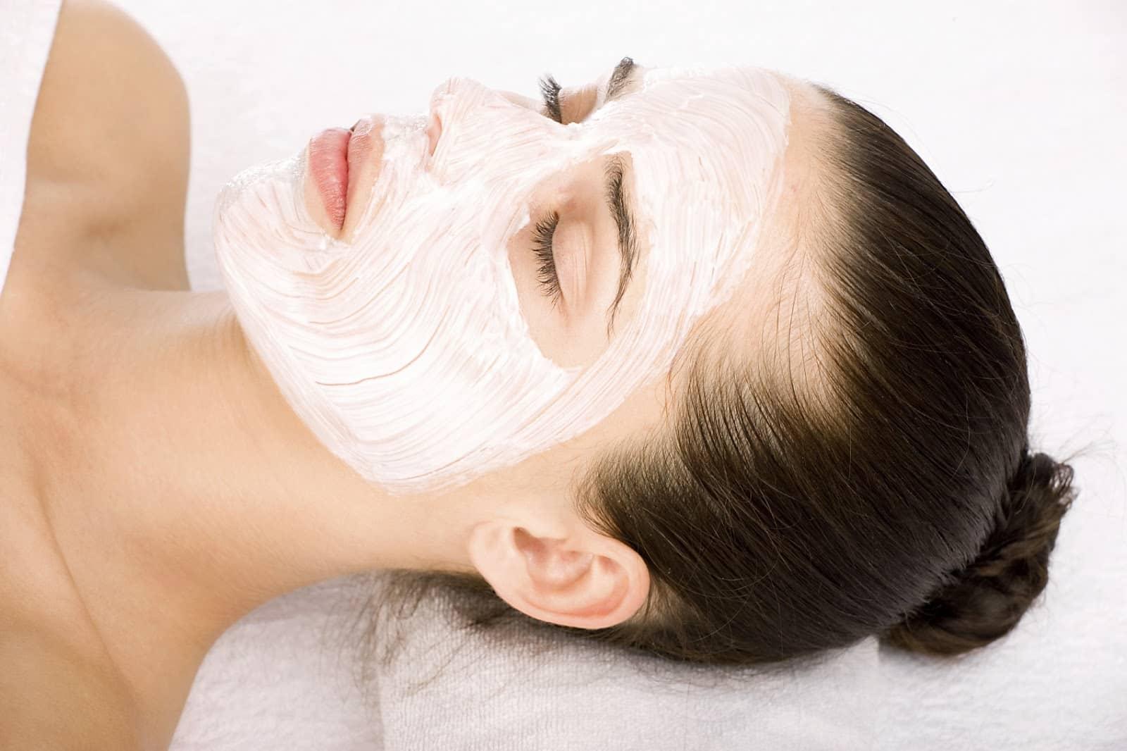 Крахмал богат полезными витаминами и микроэлементами, которые способны регенерировать клетки кожи и нормализовать процесс выделения кожного сала