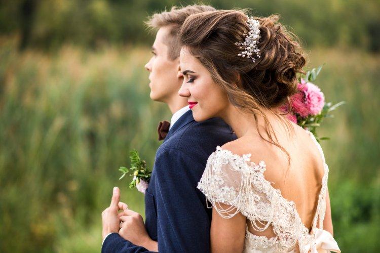 Свадебная прическа с учетом платья