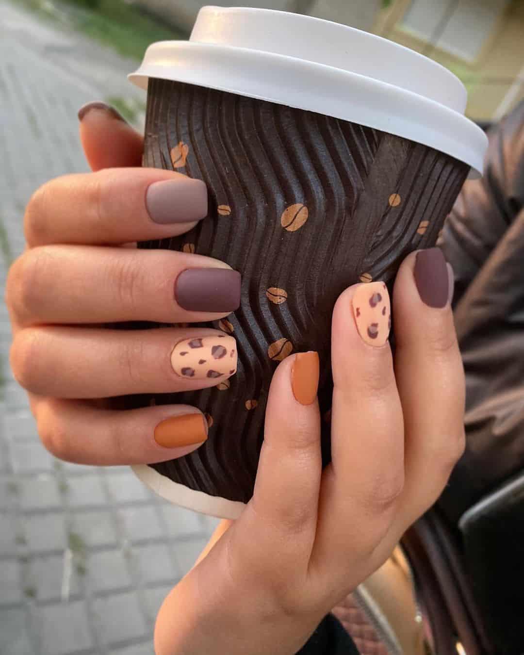 Наращенный на формах маникюр с кофейным принтом