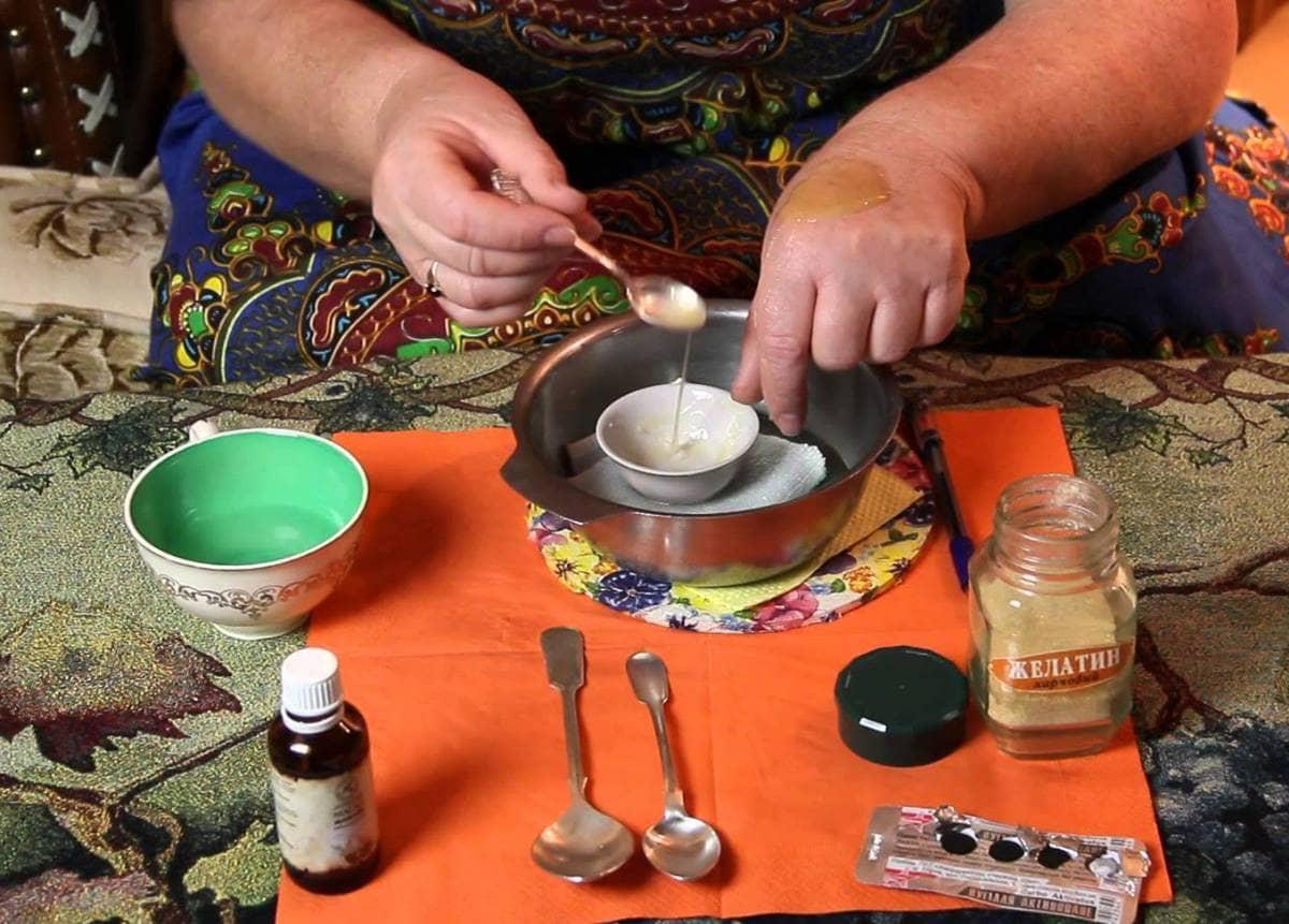 Маску с активированным углем и желатином довольно просто приготовить самостоятельно в домашних условиях