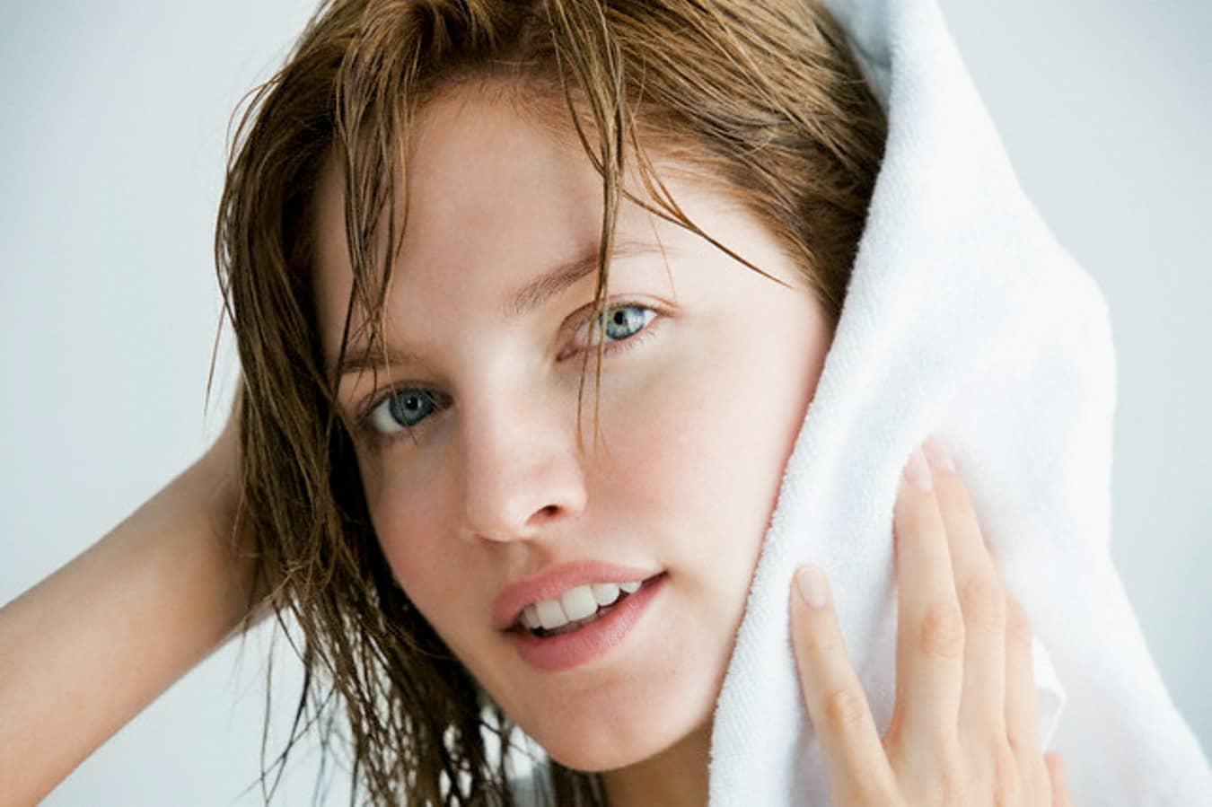 Маску для волос с тонирующими элементами стоит применять только на чистые волосы