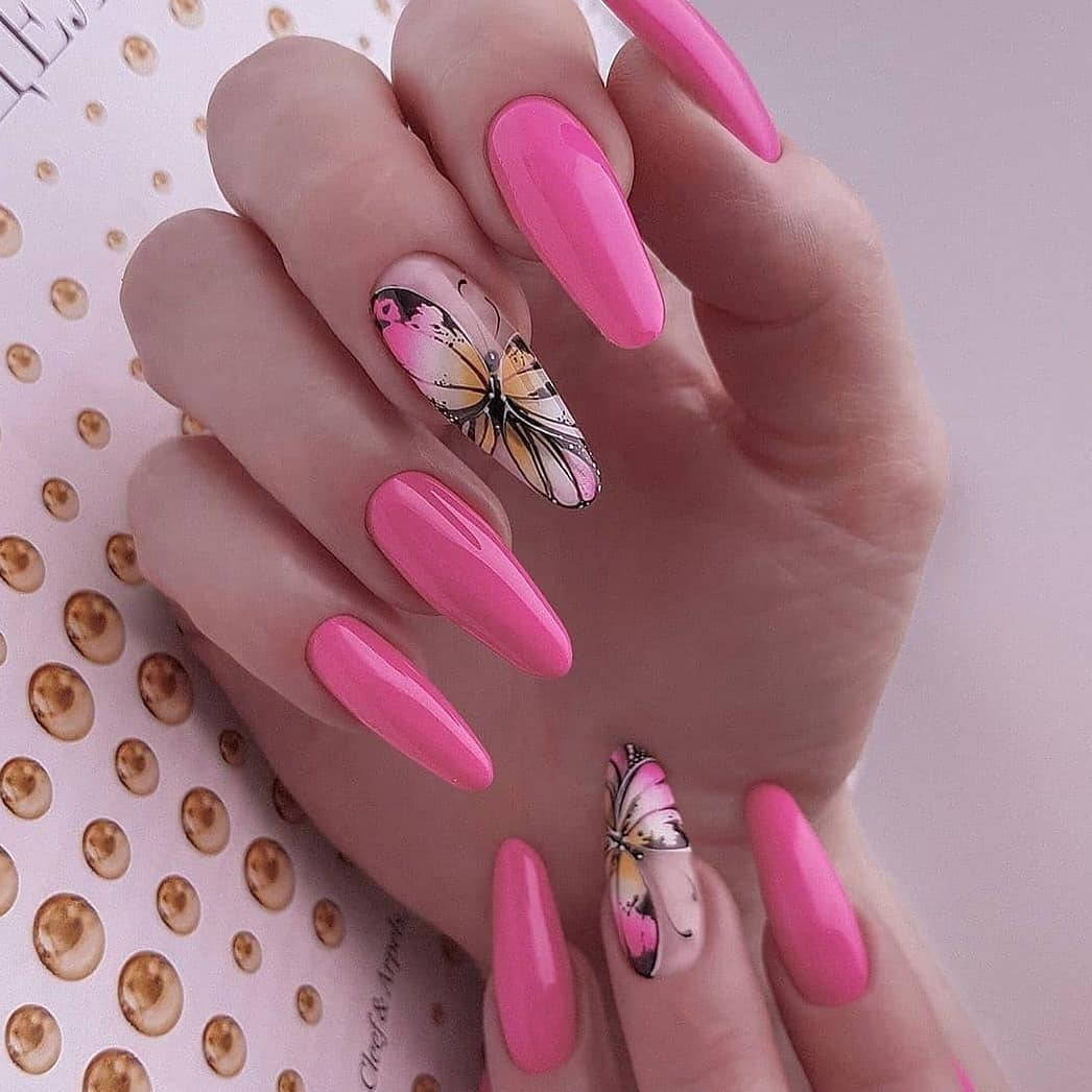 Розовый нарощенный маникюр на типсах с бабочками