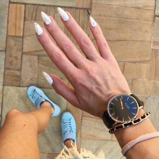 белые ногти стилетто