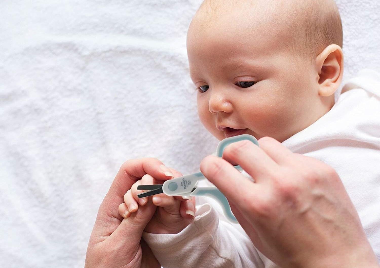 Во время подстригания ногтей можно играть с малышом