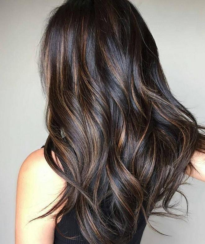 так выглядит балаяж на темных волосах