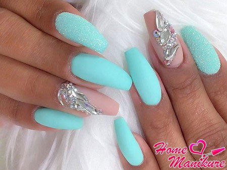 балерина на ногтях с камнями