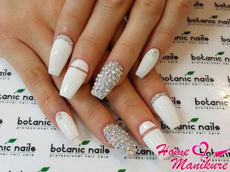 белые ногти балерина со стразами