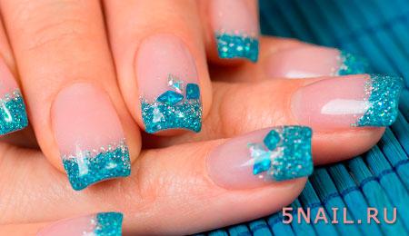 блестки голубого цвета на ногтях