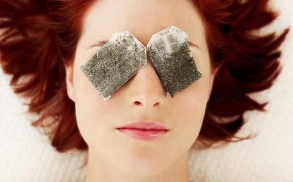 С помощью чайных пакетиков можно устранить мешки под глазами