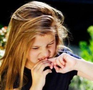 Почему ребёнок грызёт ногти