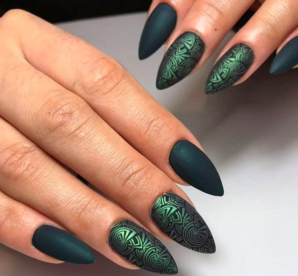 острые зеленые ногти