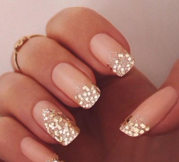 Дизайн бежевых ногтей с золотом