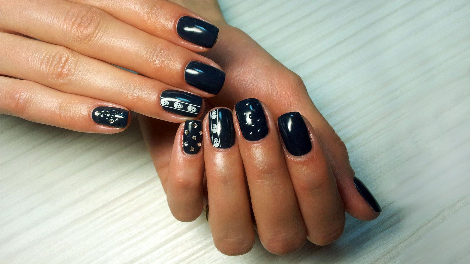 Фото: дизайн ногтей с наклейками-слайдерами.