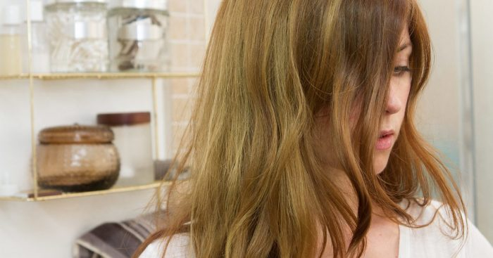 Светловолосым девушкам стоит остерегаться воздействия хлора. /Фото: i.thehealthypost.com