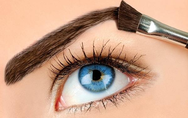 Для придания стойкости, брови можно покрыть специальным лаком или гелем