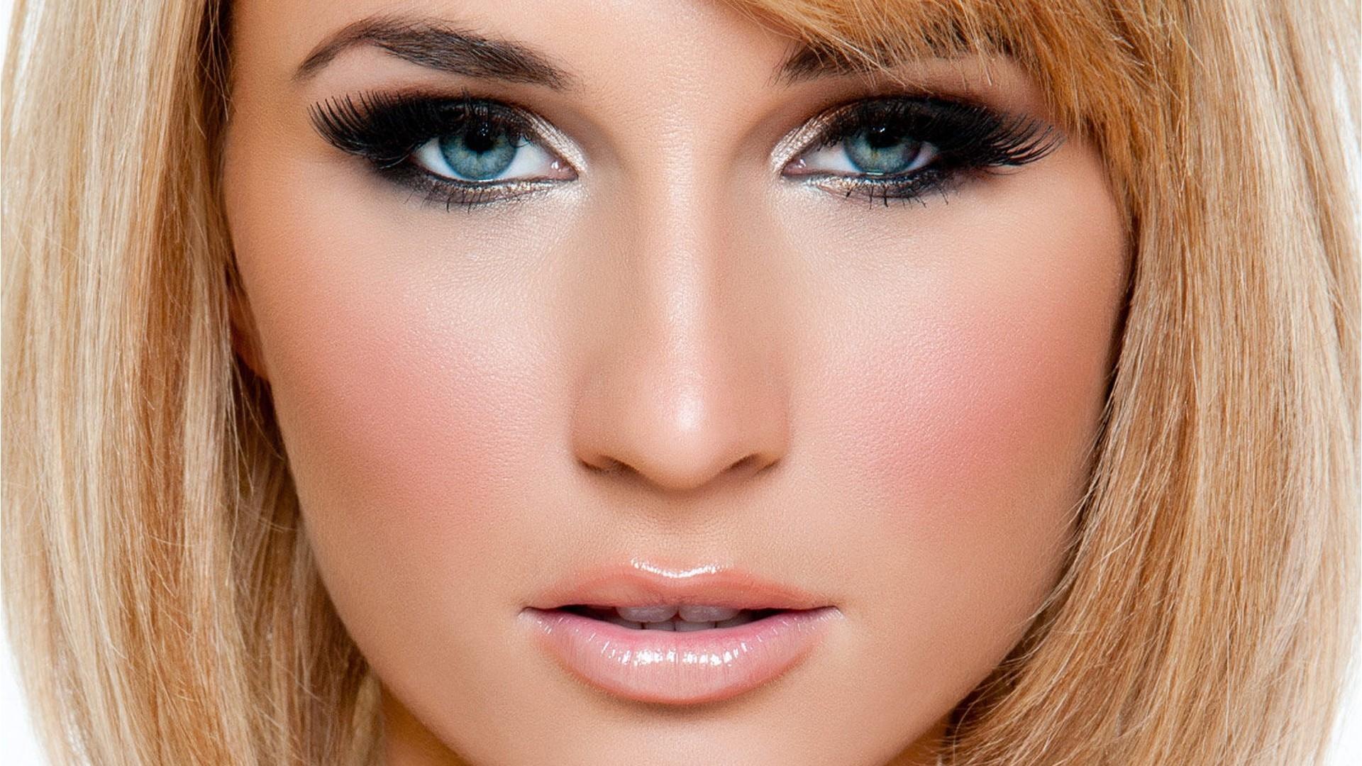 Ярко голубые глаза
