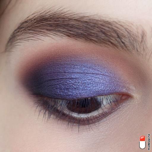 нанесите фиолетовые тени