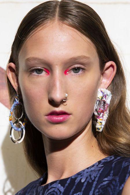 Макияж с розовыми тенями на внутренних уголках глаз