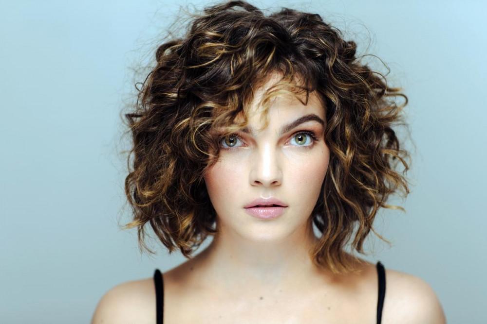 женские короткие стрижки на кудрявые волосы