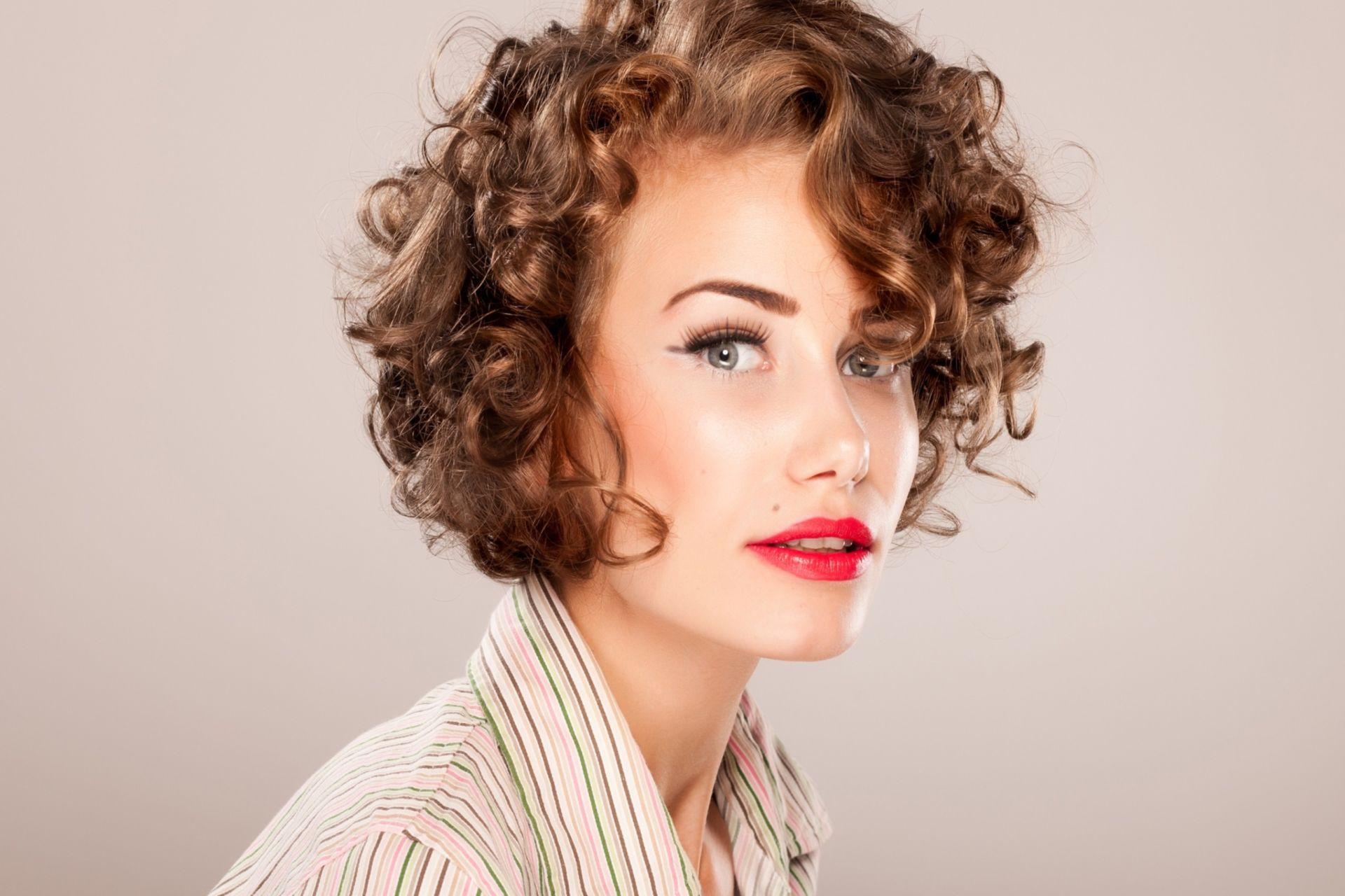короткая стрижка каре на вьющиеся волосы