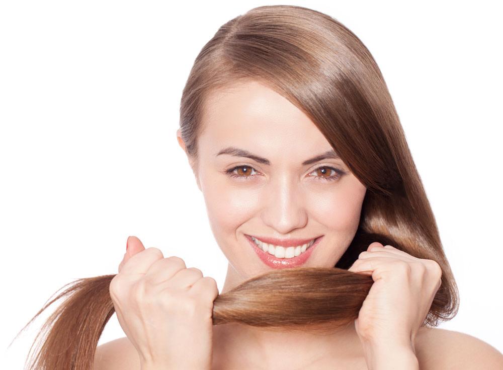 Маска, приготовленная в домашних условиях, не только укрепит корни волос, но и подпитает луковицы необходимыми элементами