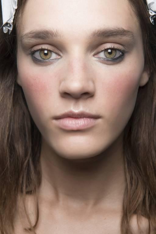 макияж с яркими румянами