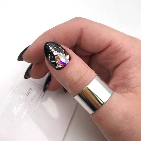 Пленительный лунный маникюр 2020-2021: новые стили и виды дизайна ногтей с лунками