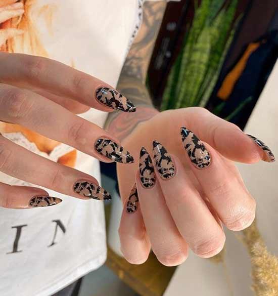 Фото дизайн ногтей в черно-бежевой гамме