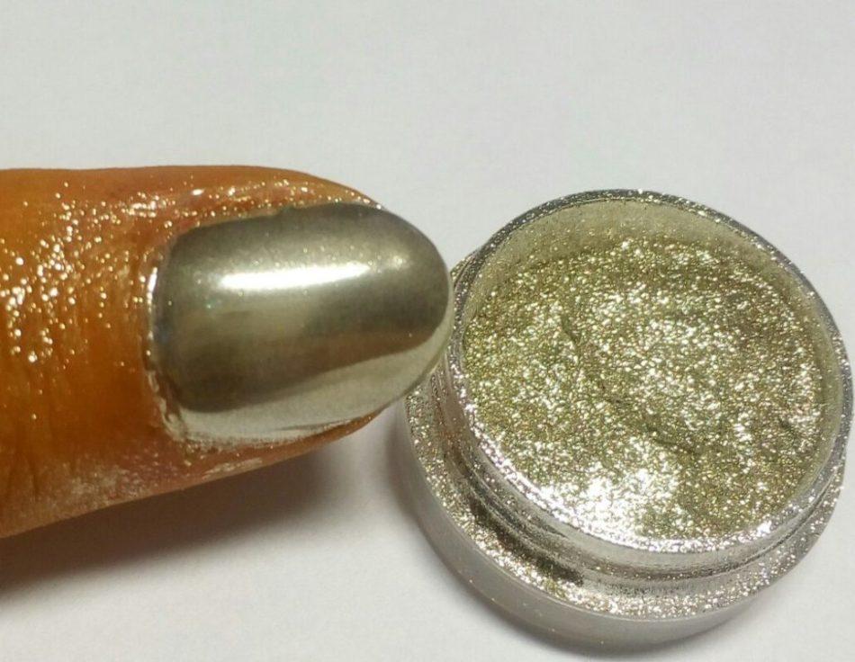 Металлический маникюр на гель-лаке хромовым пигментом