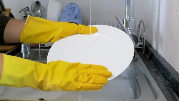 мыть посуду в перчатках