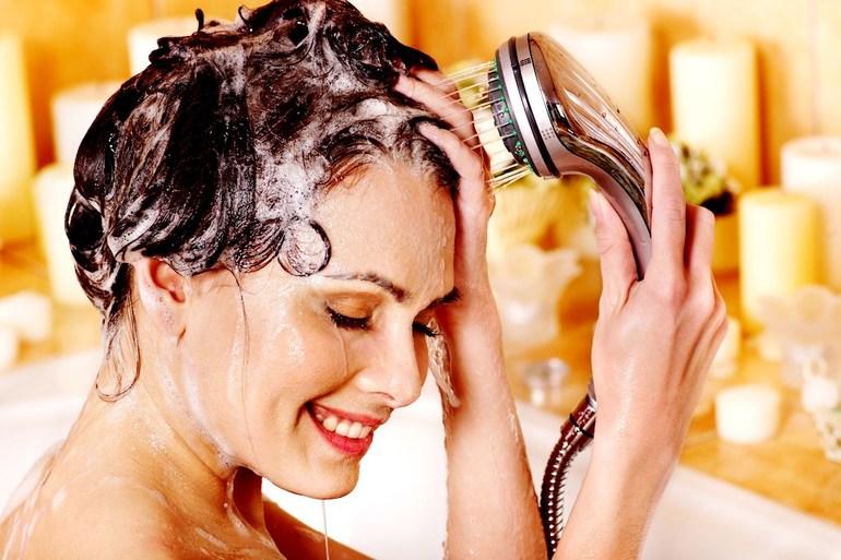 Мытье головы с использованием теплой воды