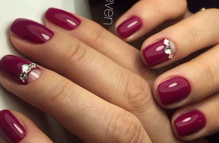 ярко малиновые ногти со стразами
