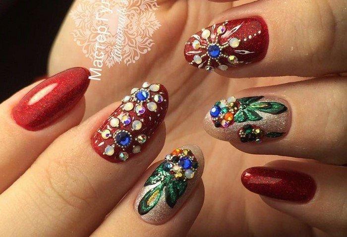цветы из страз на красном фоне ногтей