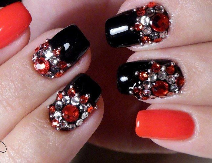 красно-белые стразы на ногтях