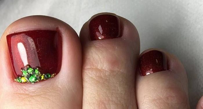бордовые ногти на ногах со стразами