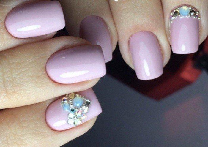 розовые ногти с голубыми стразами