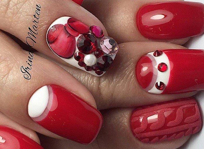 красные бантики на ногтях со стразами