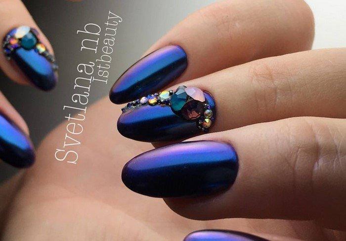 синий хамелеон со стразами на ногтях
