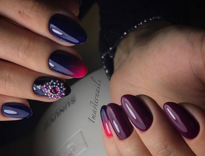 фиолетовое омбре на ногтях и цветок из страз