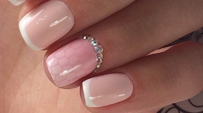соты на розовых ногтях со стразами