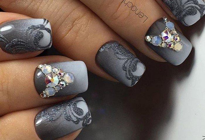 серые ногти со стразами