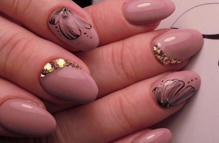 телесные ногти и золотые стразы