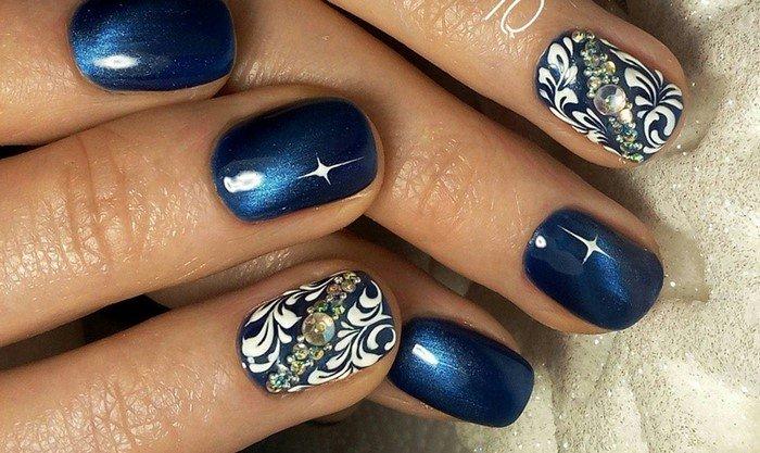 синие кошачьи ногти со стразами