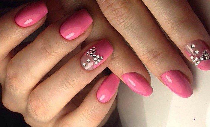 бантик из страз на розовых ногтях