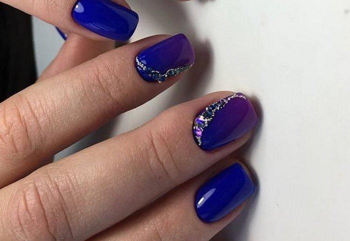 синее омбре на ногтях и стразы