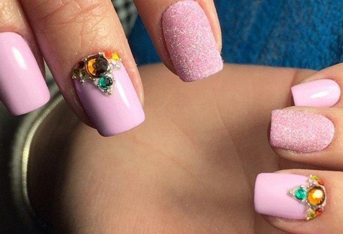 розовые ногти с желтыми стразами