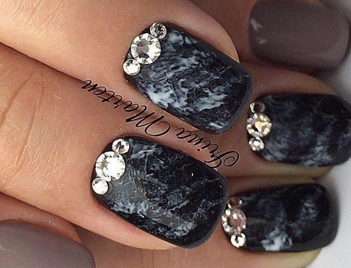 серо-черные ногти со стразами