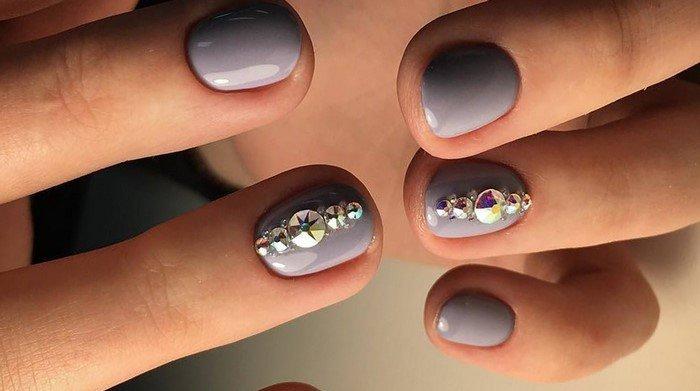 разные стразы на серых ногтях